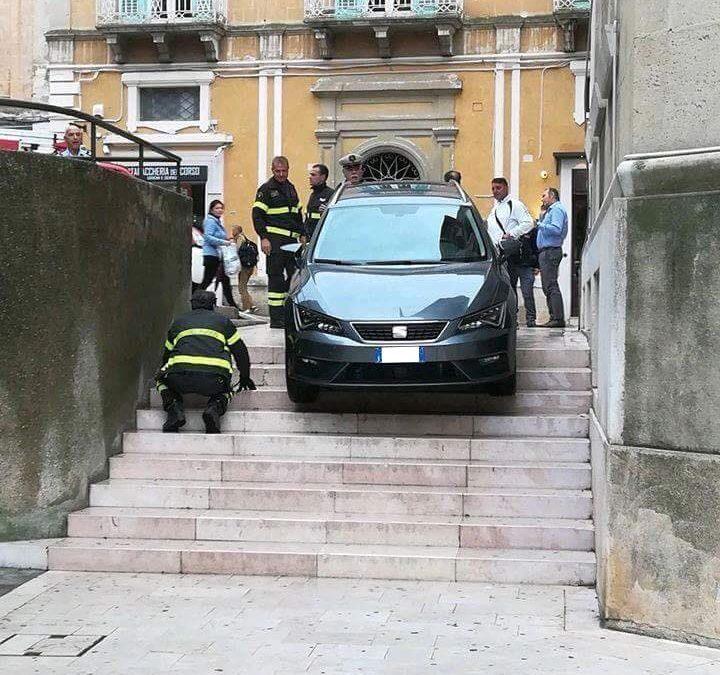 Matera, con l'auto giù per le scale: complice il marciapiedi senza gradino (e, forse, il navigatore Google)