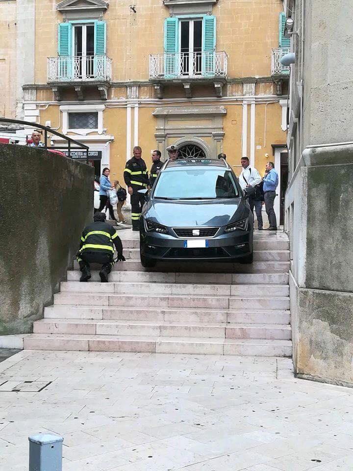 Matera, con l'auto giù per le scale:complice il marciapiedi senza gradino (e, forse, il navigatore Google)