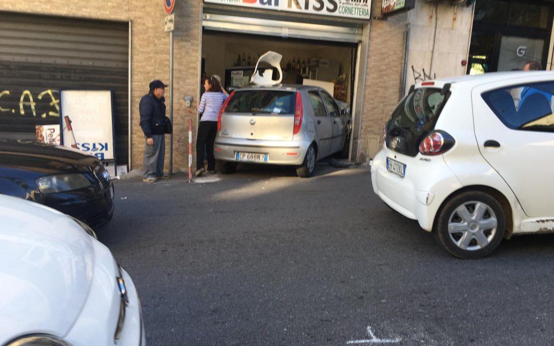 FOTO – Auto sfonda la vetrina di un bar a Catanzaro: paura e tanti danni