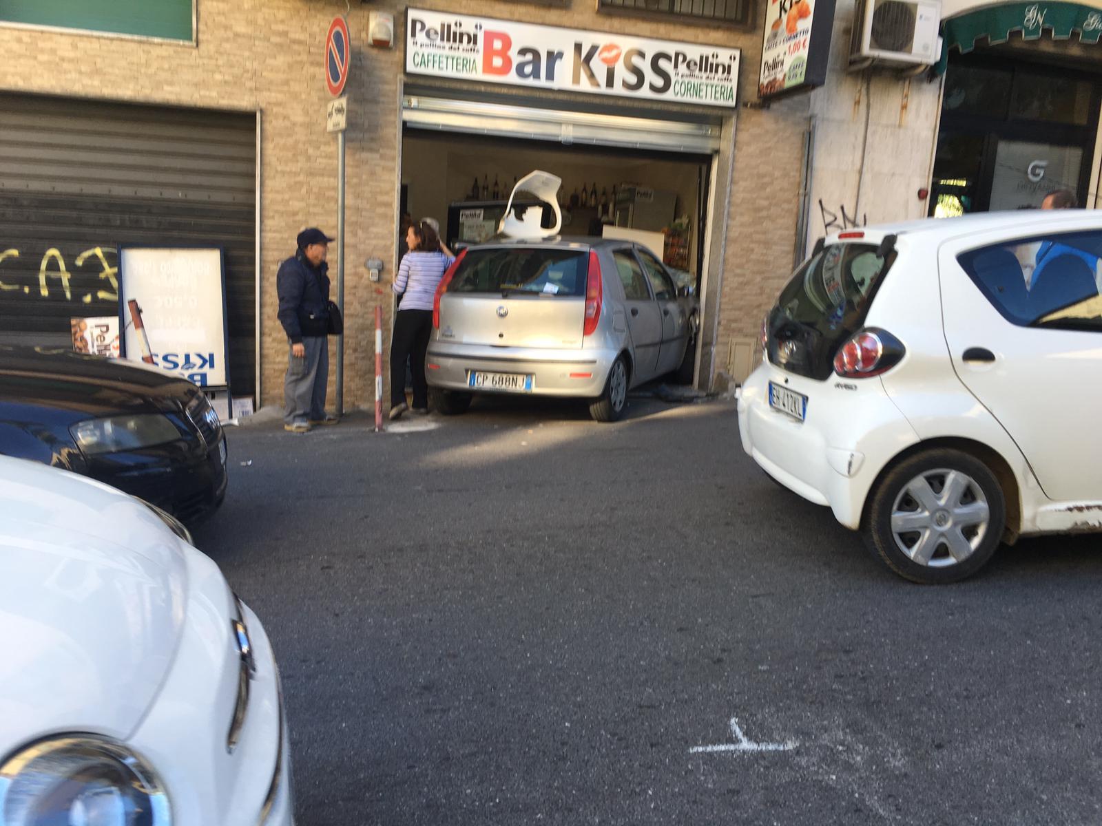 FOTO - Auto sfonda la vetrina di un bar a Catanzaro: paura e tanti danni