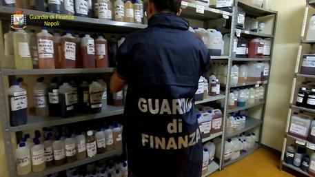 Articoli contraffatti: sequestri per oltre un milione di euro in negozi cinesi del napoletano