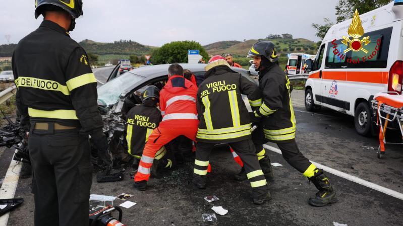 Incidente stradale sulla statale 107 nel Crotonese  Coinvolte quattro persone, tre sono in codice rosso