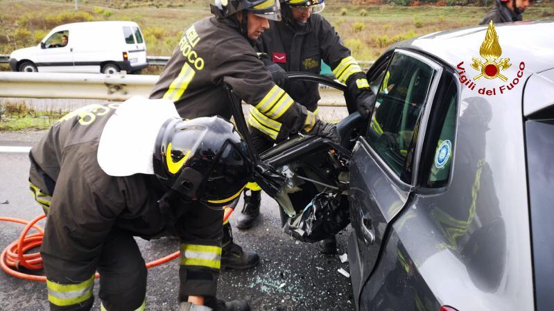 VIDEO: I soccorsi per l'incidente sulla statale 107 a Crotone: quattro feriti, tre sono gravi