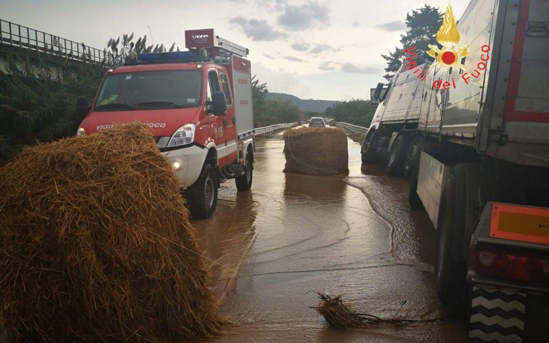 FOTO – Apocalisse di pioggia in Calabria. Strade allagate e decine di persone salvate