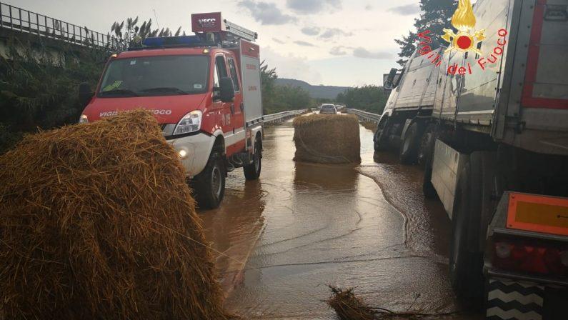 FOTO - Apocalisse di pioggia in Calabria. Strade allagate e decine di persone salvate