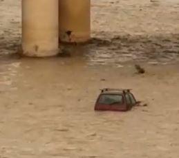 VIDEO - Maltempo in Calabria, auto travolta da un fiume in piena nel Cosentino