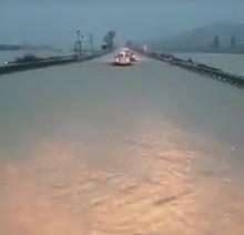 VIDEO - Apocalisse di pioggia in Calabria: la strada statale 106 trasformata in un fiume nel Catanzarese