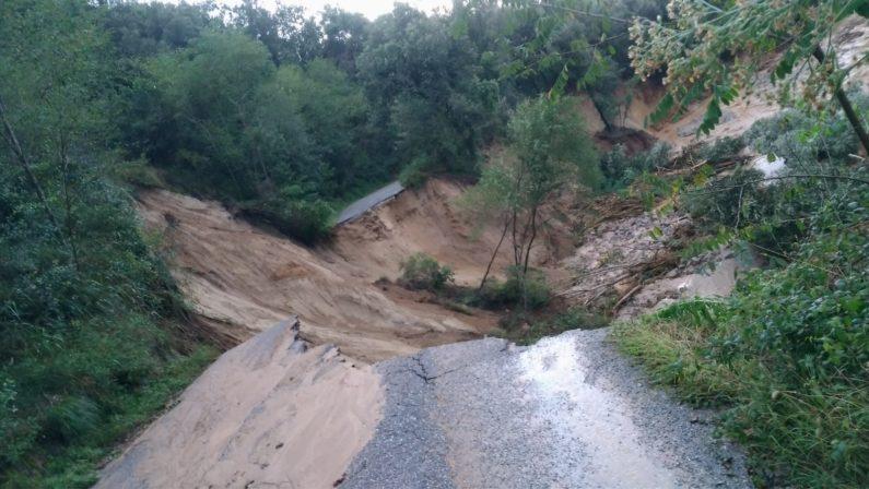 Apocalisse di pioggia in Calabria, sommersi dalla pioggia  Intere zone isolate, automobilisti salvati con i gommoni
