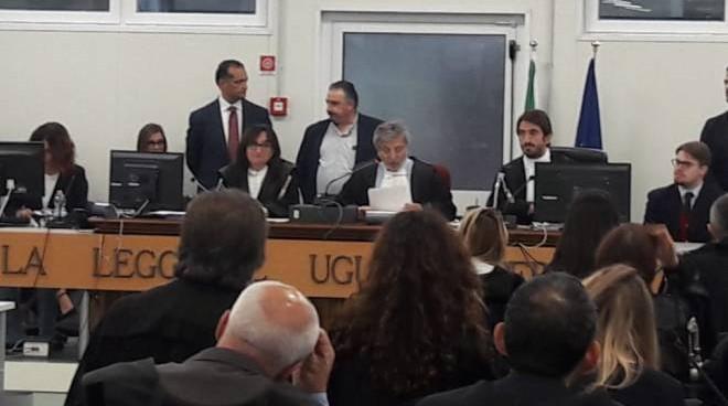 Liberati dopo 8 ore gli ostaggi dell'ufficio postaleUscito l'uomo condannato nel processo alla 'ndrangheta