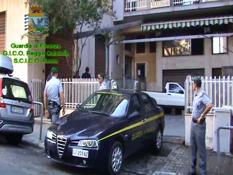 La Guardia di Finanza davanti a uno degli immobili sequestrati