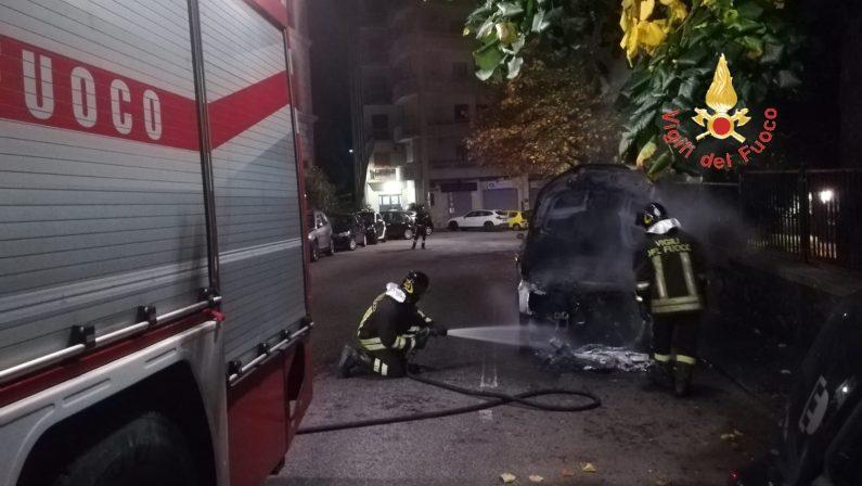 Auto in fiamme nel corso della notte a CatanzaroIncendio sedato dai Vigili del fuoco, mezzo distrutto