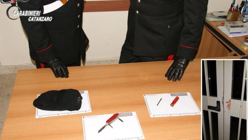 Tentano di forzare il portone della scuola, arrestatiIn due nel catanzarese sorpresi dai carabinieri