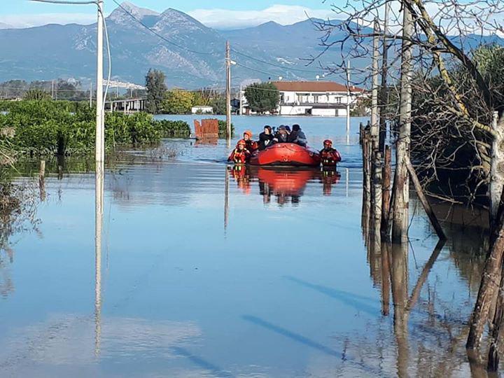 Rischio esondazioni del fiume Crati e lavori assenti, i residenti bloccano la statale 106