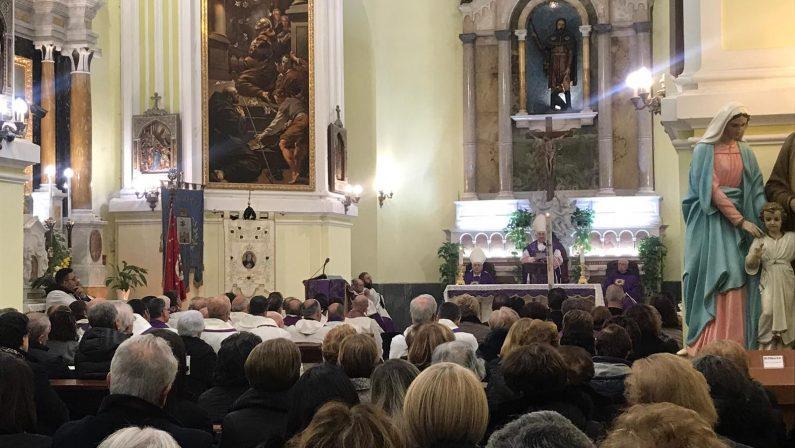 FOTO - La commozione dei fedeli alle esequie a Pizzo di padre Rocco Benvenuto