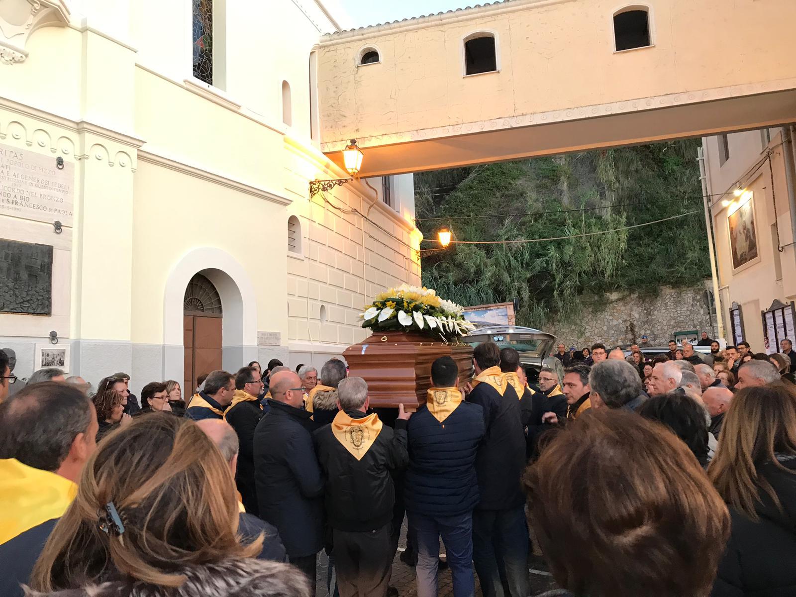 Commozione a Pizzo per i funerali di padre Rocco Benvenuto«Era un saggio amico e una guida spirituale»