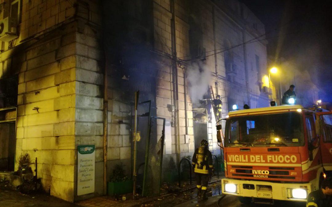 FOTO – Incendio pizzeria Zero Glutine life  Enormi danni a Reggio Calabria