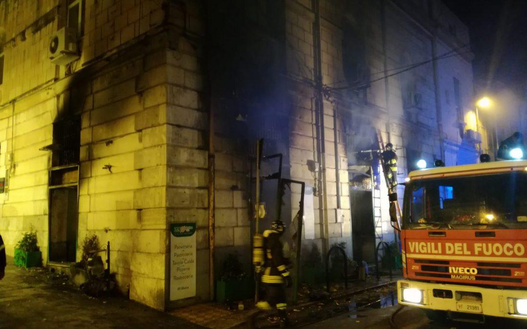 """Reggio Calabria, incendio nella notte in centro  Distrutta dalle fiamme la pizzeria """"Zero Glutine Life"""""""
