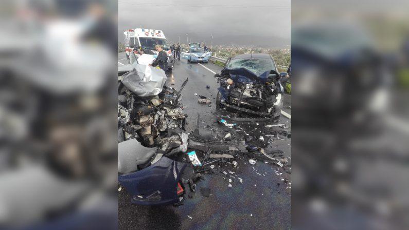 Drammatico incidente stradale nel RegginoScontro frontale tra auto, due feriti, uno è grave