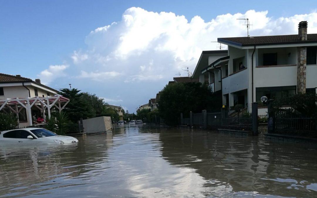 VIDEO – Bomba d'acqua nel Catanzarese, le strade allagate e trasformate in fiumi