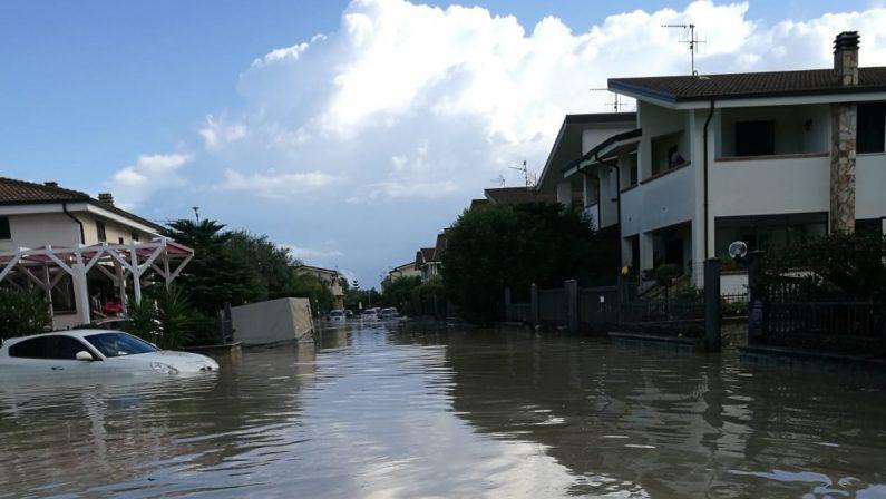 VIDEO - Bomba d'acqua nel Catanzarese, le strade allagate e trasformate in fiumi