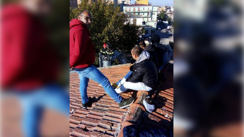 Corigliano Rossano, nuova protesta degli operai licenziatiSalgono sul tetto di una scuola e minacciano di buttarsi