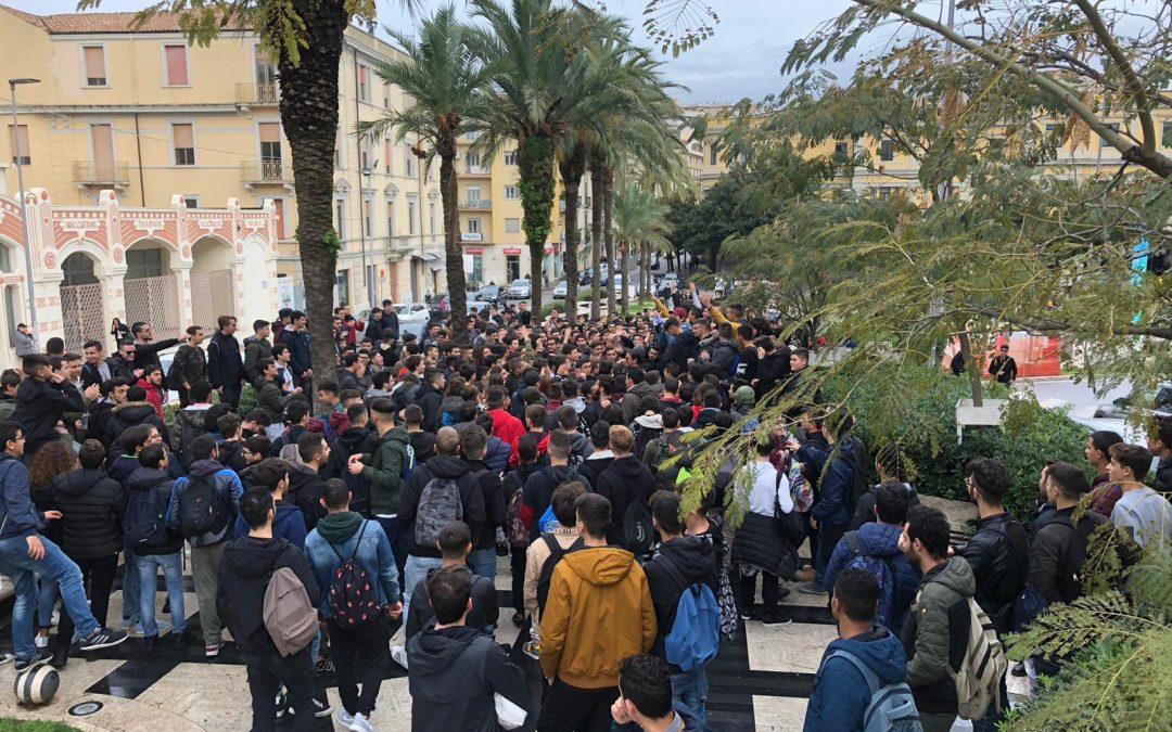Topi in classe e…studenti in piazza per protesta   A Catanzaro niente lezioni e istanza all'Asp