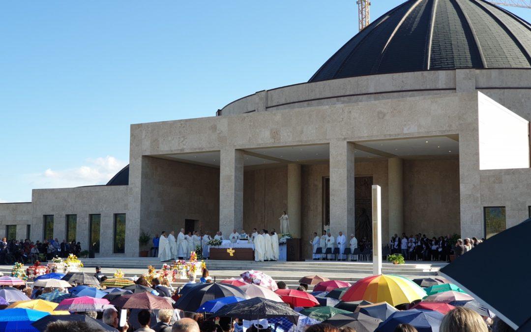 Un momento della celebrazione eucaristica a Paravati di Mileto