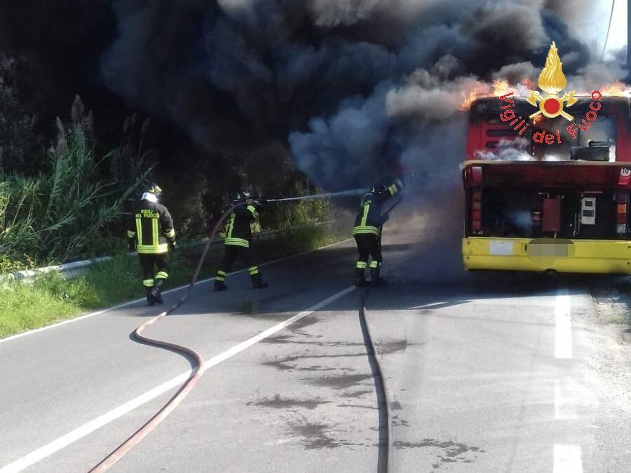 FOTO – Autobus Amc in fiamme a Catanzaro