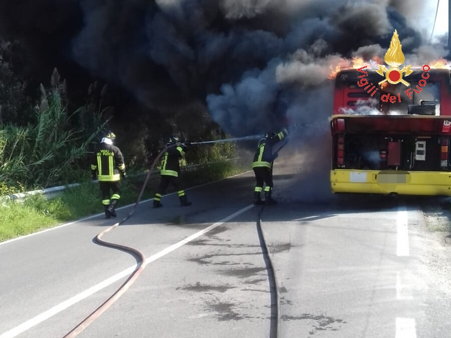 FOTO - Autobus dell'Amc in fiamme a Catanzaro
