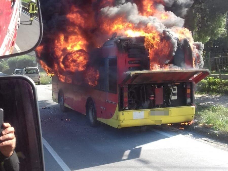 L'autobus in fiamme