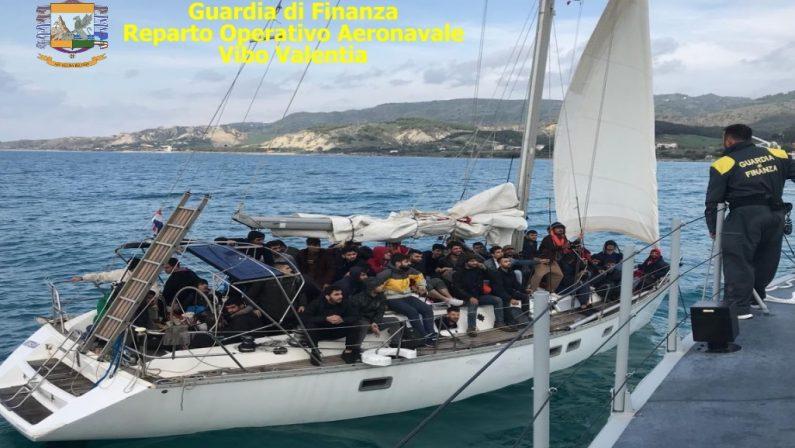 Soccorsa una barca a vela carica di immigratiFermati i tre scafisti lungo le coste del Reggino