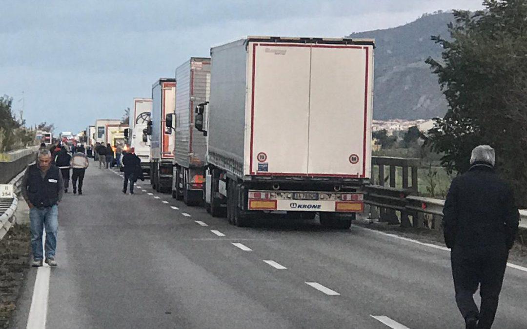 FOTO – Incidente stradale nel Lametino tra un trattore agricolo e un furgone: un morto