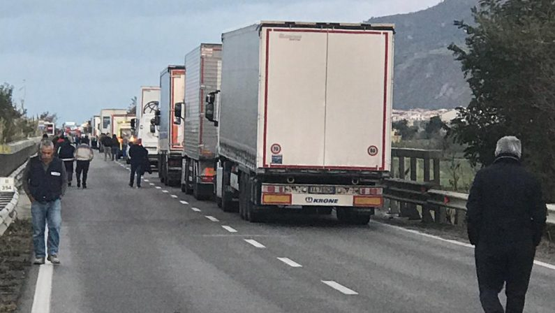 FOTO - Incidente stradale nel Lametino tra un trattore agricolo e un furgone: un morto