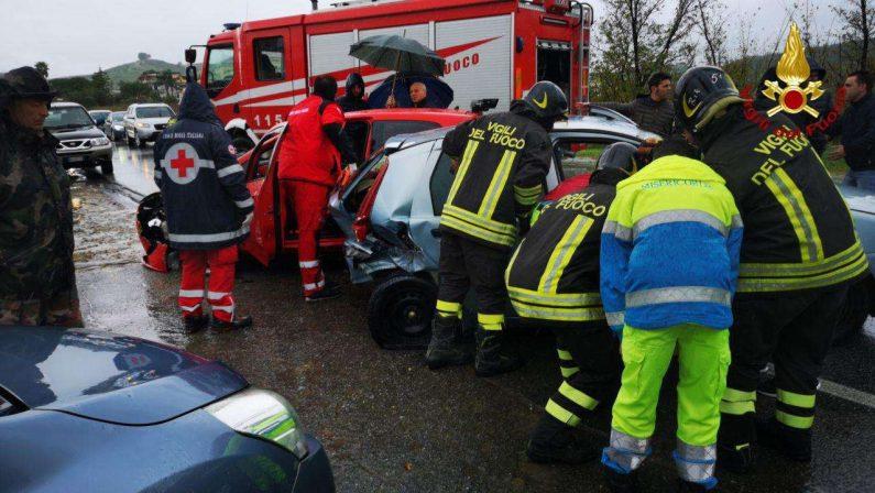 Incidente stradale sulla statale 106 a CrotoneFeriti estratti dalle lamiere, disagi alla circolazione
