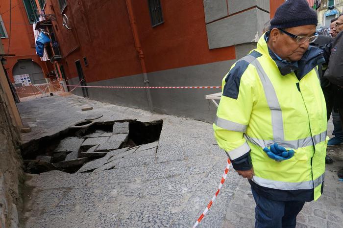 Maltempo, voragine a Napoli: sgomberate 40 famiglie