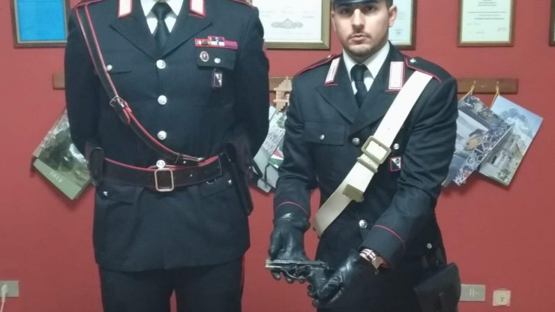 Giovane di 16 anni con la pistola nella tracollaArrestato nel Vibonese dopo una perquisizione