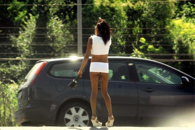 Prostituta aggredisce i poliziotti durante un controllo, arrestata nel Cosentino