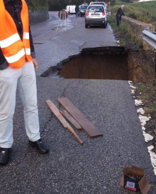 FOTO – Frana la strada che collega Cirò Marina con Cirò, rischio isolamento nel Crotonese