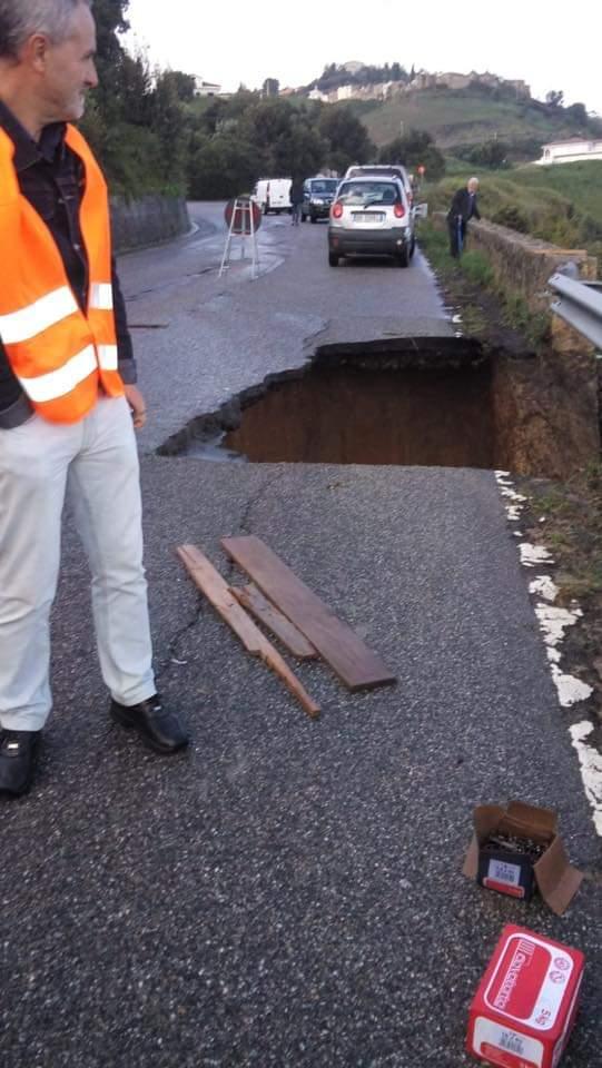 FOTO - Frana la strada che collega Cirò Marina con Cirò, rischio isolamento nel Crotonese