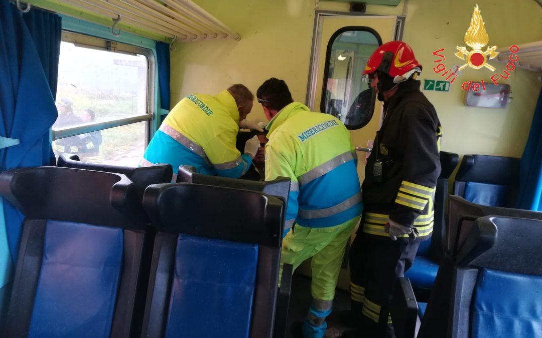 FOTO – Tromba d'aria investe treno tra Catanzaro e Crotone: i soccorsi