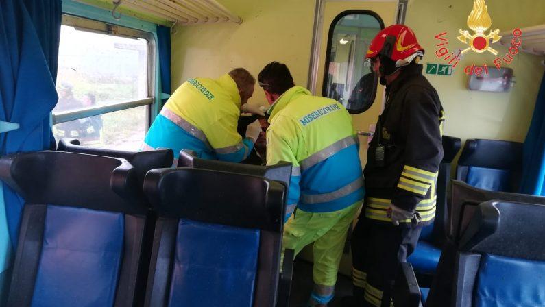 FOTO - Tromba d'aria investe treno tra Catanzaro e Crotone: i soccorsi