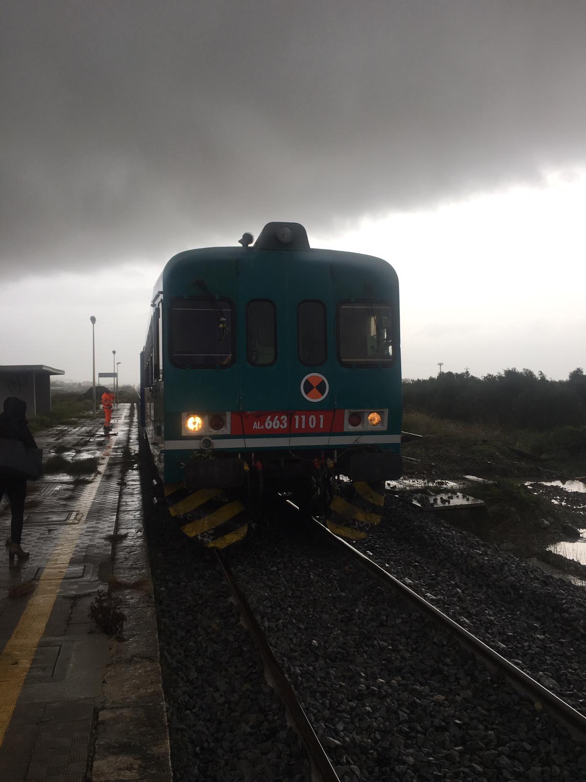Maltempo, riaperta la circolazione ferroviariaRisolti gli smottamenti tra Crotone e Catanzaro