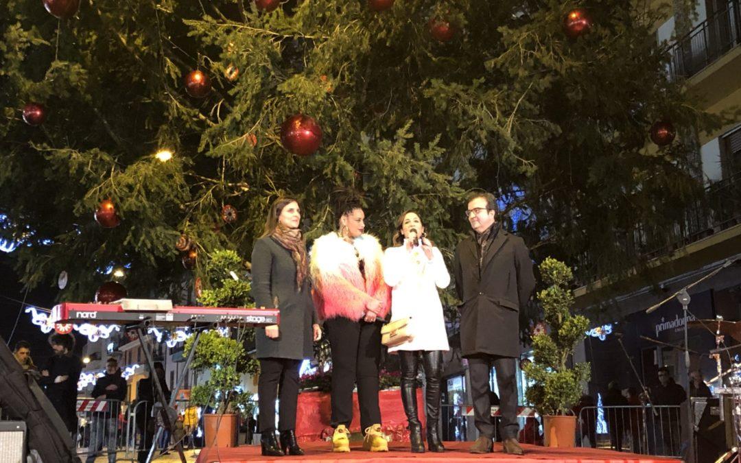 Il sindaco Occhiuto durante l'accensione dell'albero di Natale a Cosenza