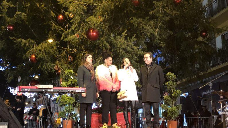 Acceso l'albero di Natale della città di CosenzaCresce l'attesa per i nomi del concerto di Capodanno