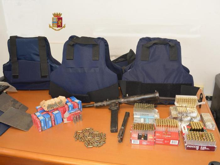 Mitra da guerra, migliaia di cartucce e giubbotti antiproiettili inviati con gli autotrasporti e scoperti ad Ardore dalla Polizia