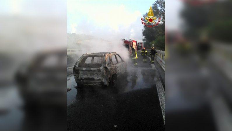 Auto in fiamme sull'Autostrada A2 tra Rosarno e MiletoIl mezzo, completamente distrutto, viaggiava verso Nord