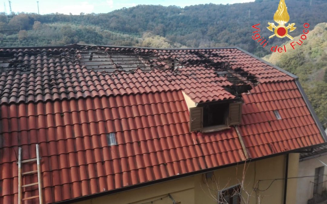 La casa danneggiata dall'incendio