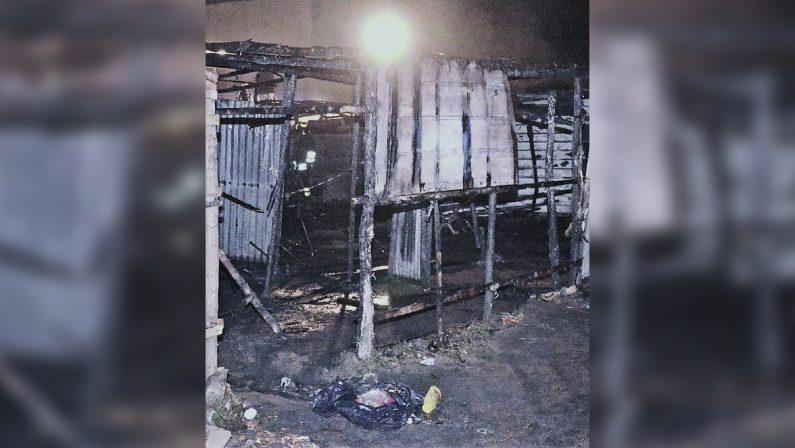 Dopo l'incendio situazione tranquilla alla tendopoli di San FerdinandoLa procura dispone l'autopsia sul corpo del giovane Surawa Jaith
