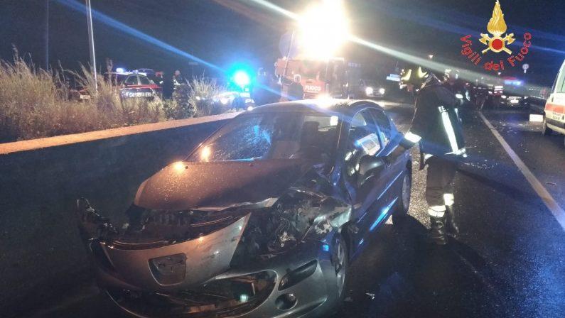 Incidente stradale sulla statale 106 nel CatanzareseScontro tra un'auto e un motocarro, due feriti