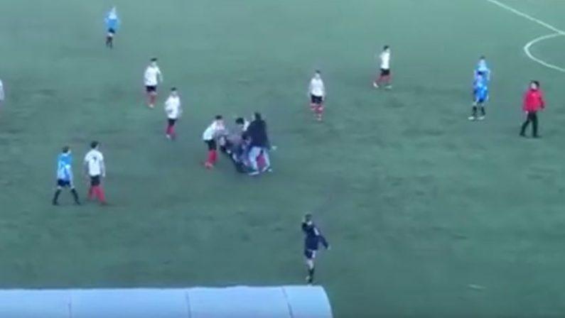 VIDEO - Rissa violenta nel campionato giovanissimiA Paola genitori vengono alle mani in mezzo al campo